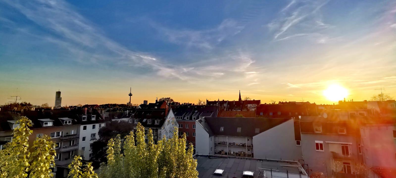 Sonnenuntergang über den Dächern von Nippes